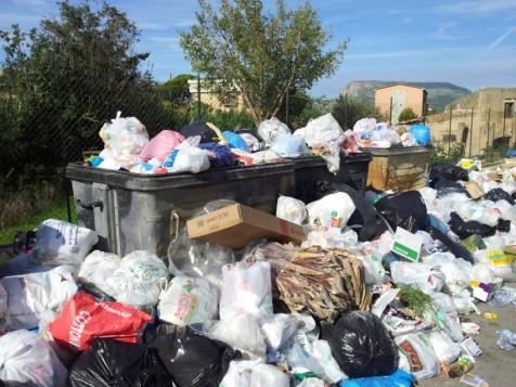 Inseriamo appositamente in questo post una foto che risale al 2012, proprio per far capire che la crisi rifiuti perdura con continuità ormai da anni!